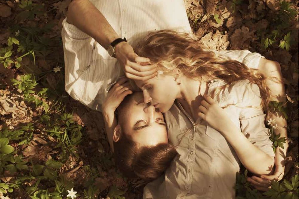 couple qui s embrasse dans la foret