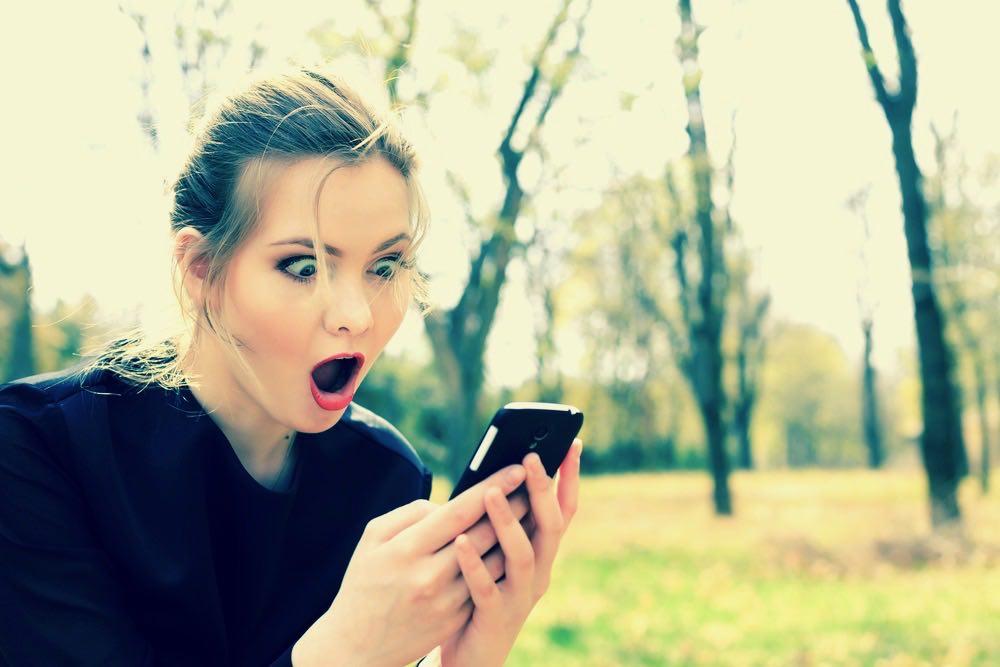 femme qui parle sur son telephone sur des sites de rencontre