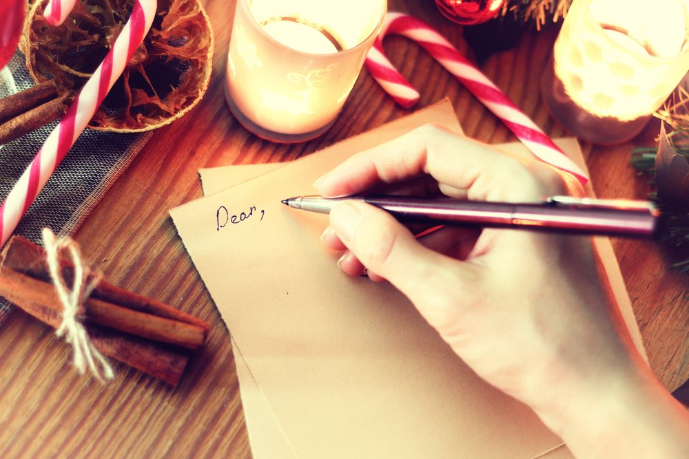femme qui ecrit sa liste au pere noel