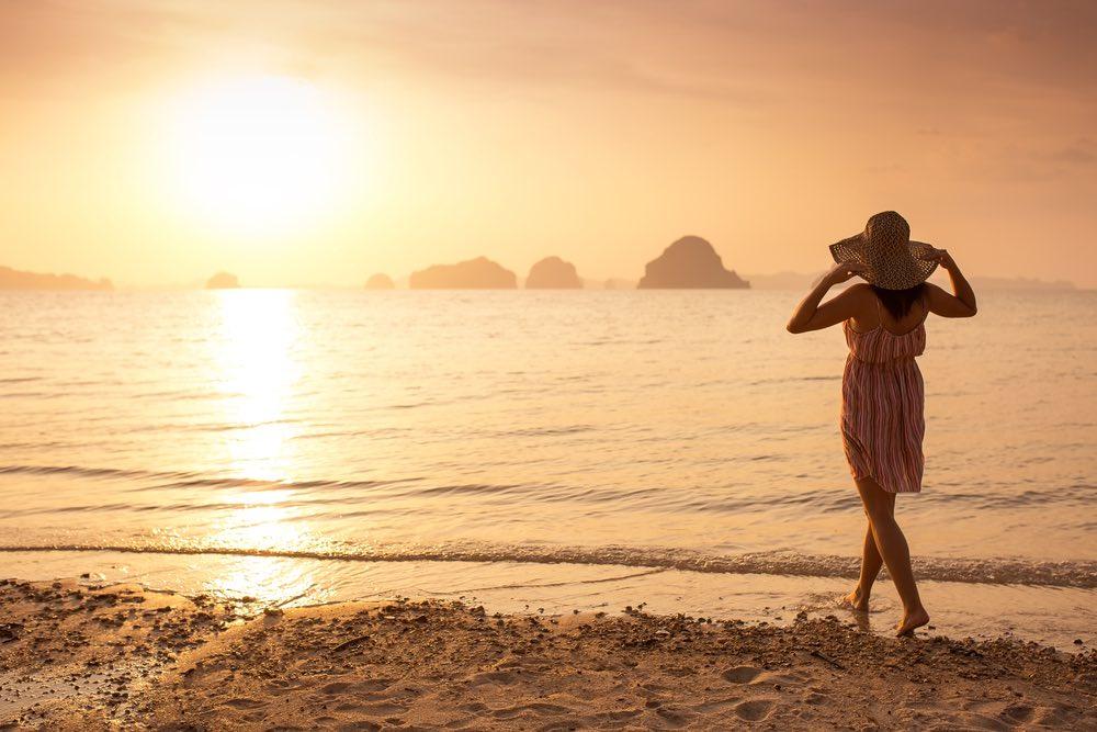 celibattante sur la plage femme seule au chapeau
