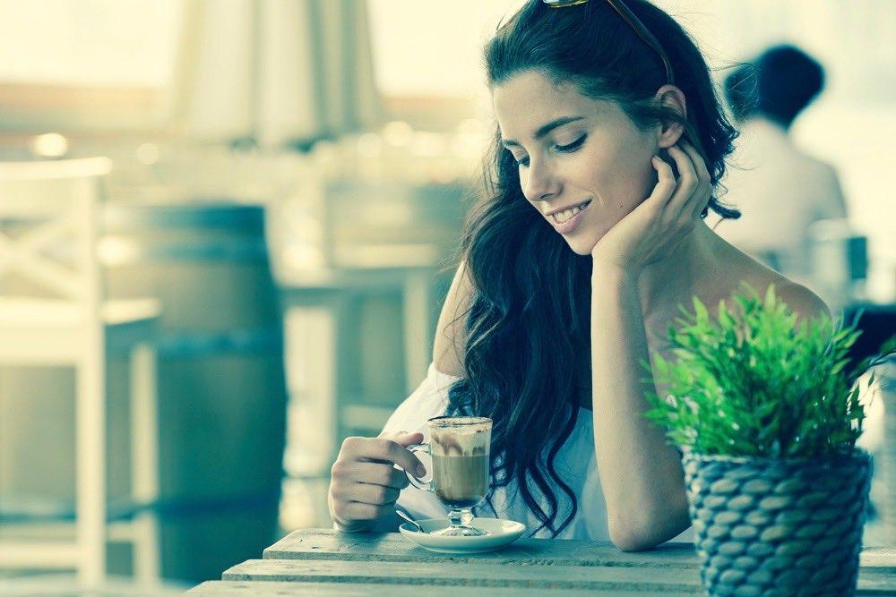 trentenaire celibataire a la terrasse d un cafe