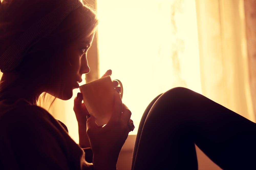 femme seule buvant son cafe