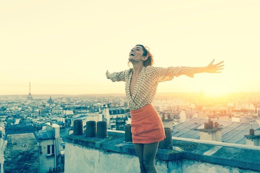 femme heureuse et libre sur les toits