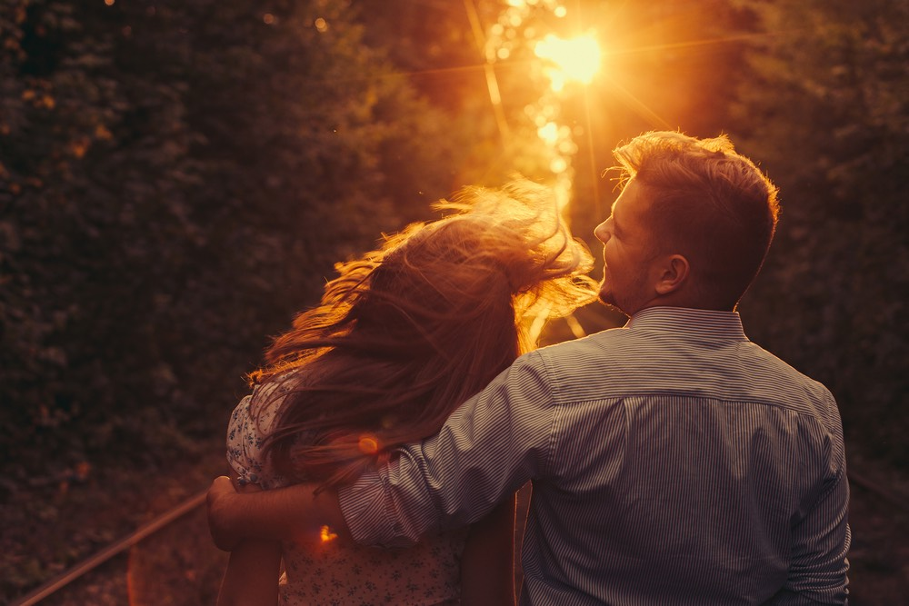 couple heureux et amoureux se promenant