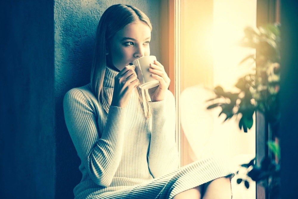 femme seule buvant son café