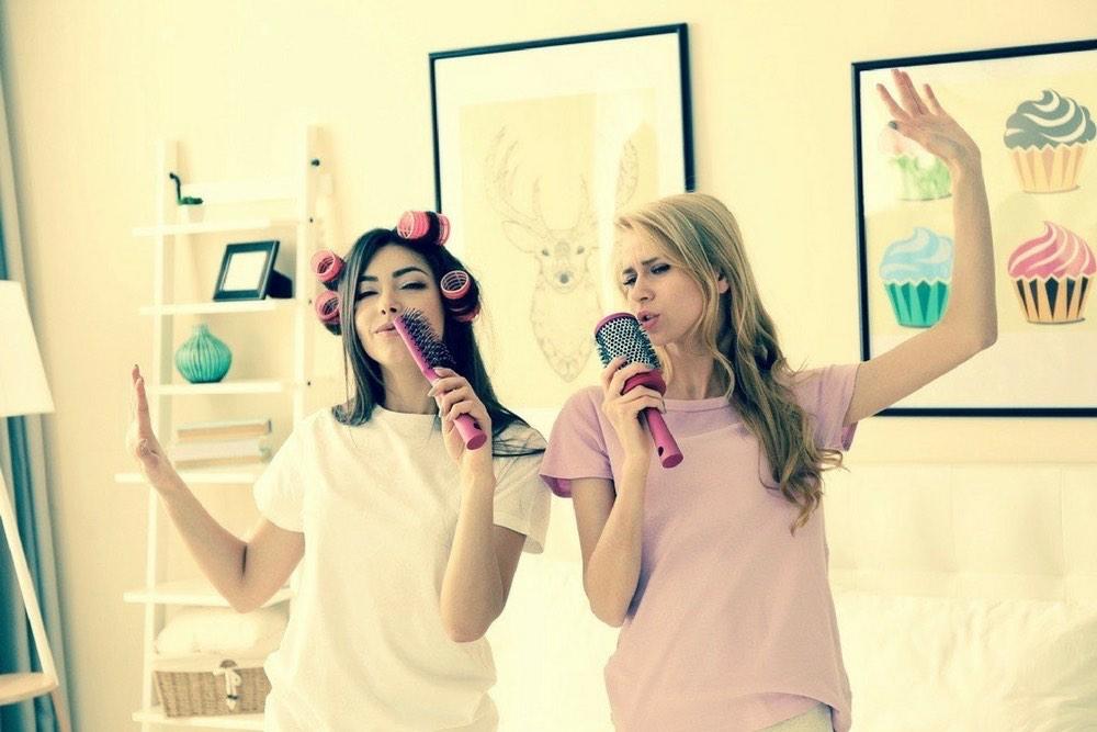 copines pyjama bigoudis
