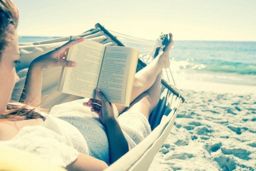 femme qui lit sur la plage hammac