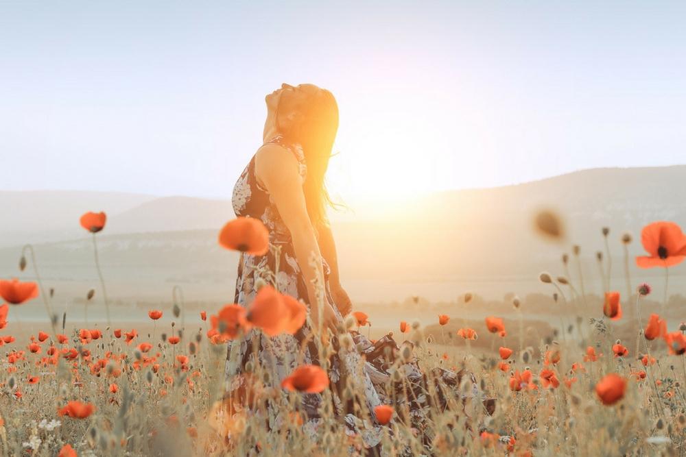 femme libre et heureuse dans les fleurs