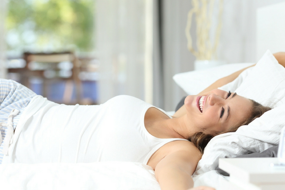 femme heureuse dans son lit
