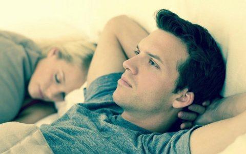 couple dans un lit triste