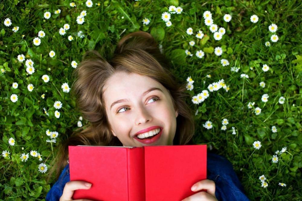 femme heureuse qui lit l ete