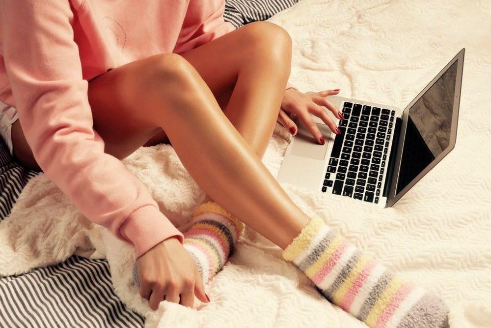 femme lit ordinateur