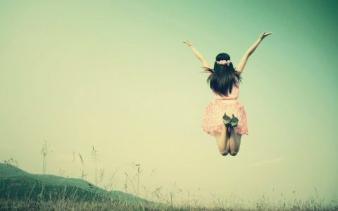 femme qui saute dans la nature l'ete