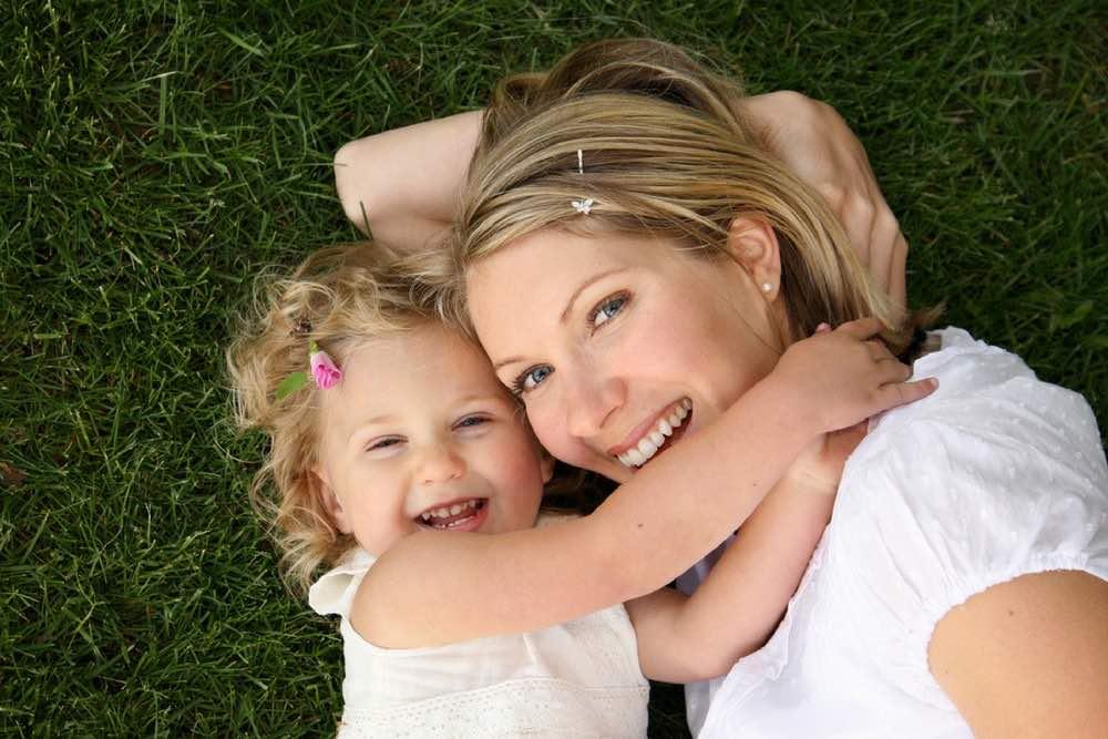 maman avec sa fille sur l herbe