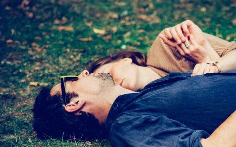 amoureux dans l herbe