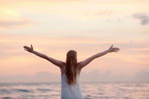 femme libre et heureuse sur la plage