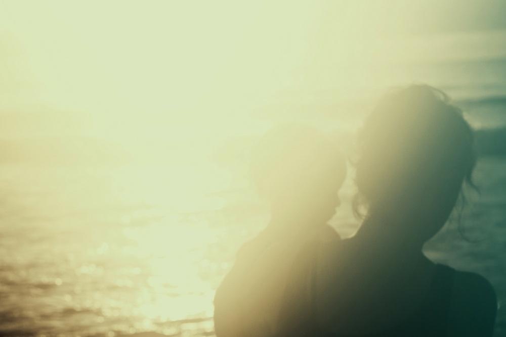 maman avec son fils coucher de soleil