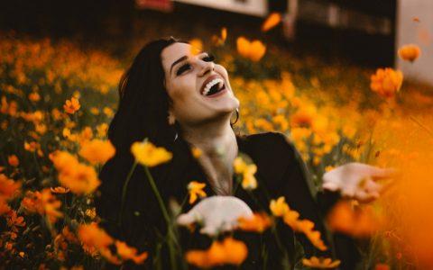 femme dans les fleurs