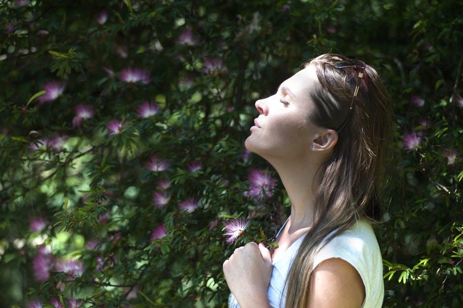 femme heureuse fleurs