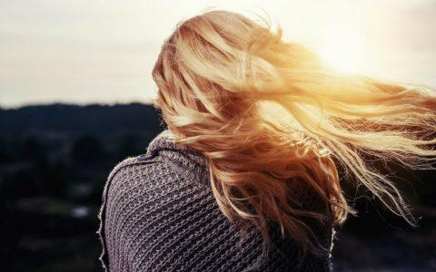 femme seule au vent