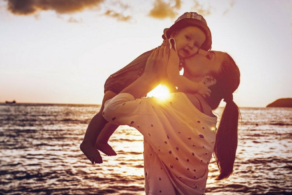 calin maman enfant a la plage
