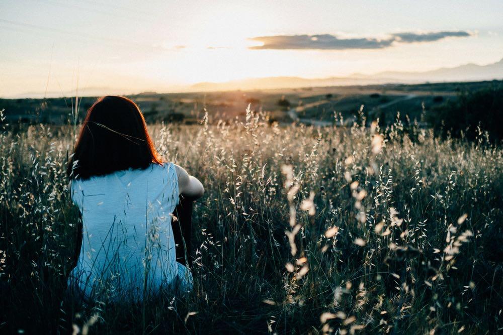femme seule dans la nature