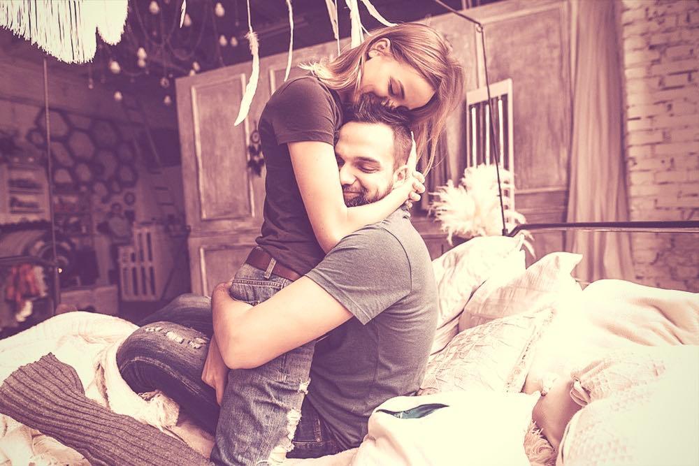 couple amoureux sur un lit