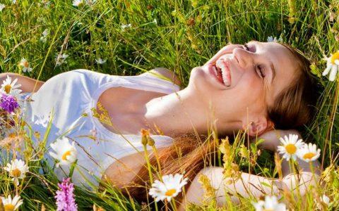 femme heureuse printemps
