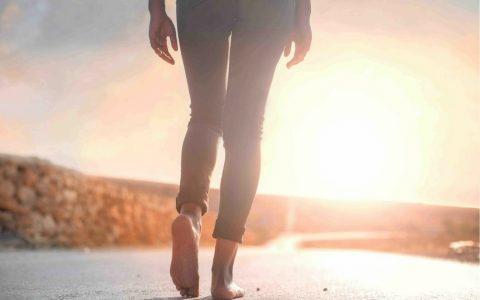 femme qui marche seule