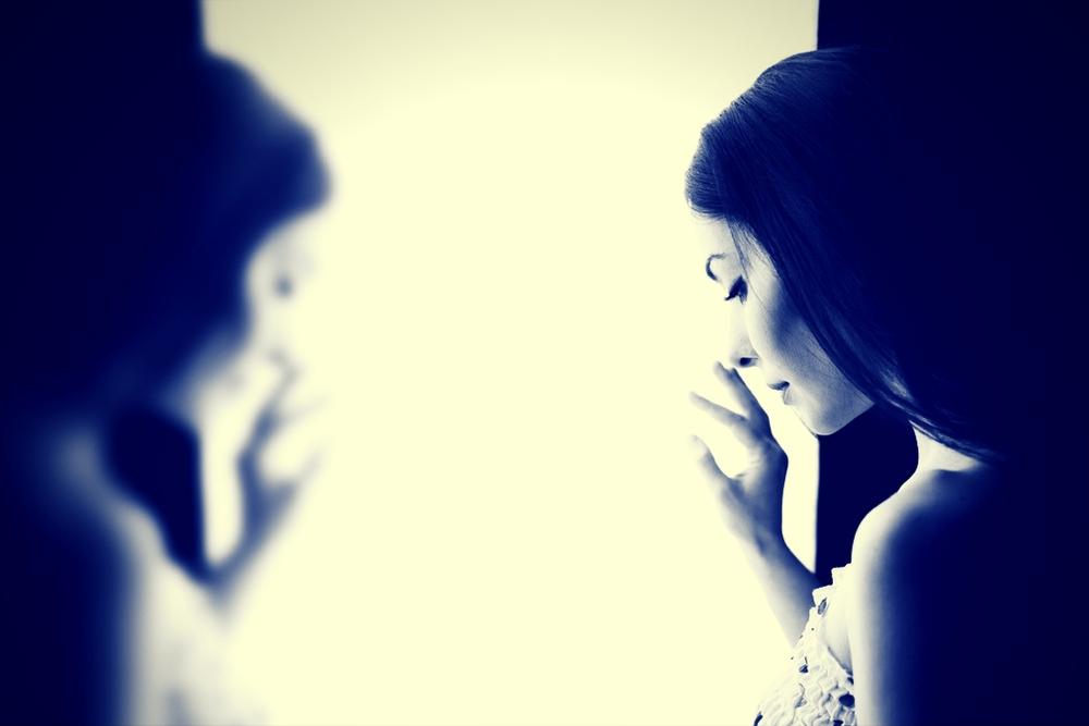 femme songeuse a la fenetre