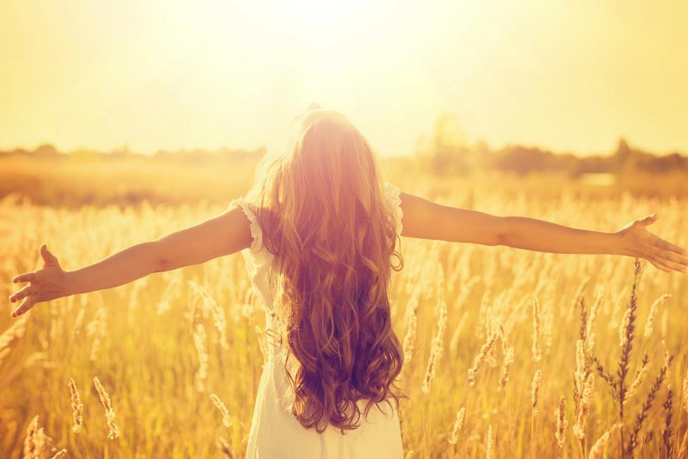 femme heureuse et libre