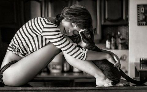 femme seule avec son chat