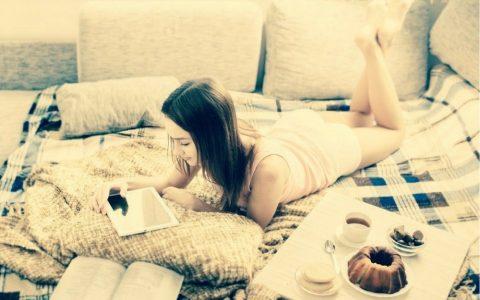 femme seule sur son lit