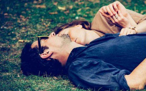 couple allonge dans l herbe