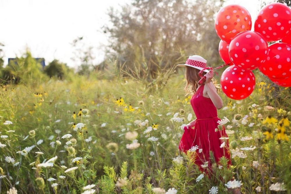 femme ballons heureuse et libre