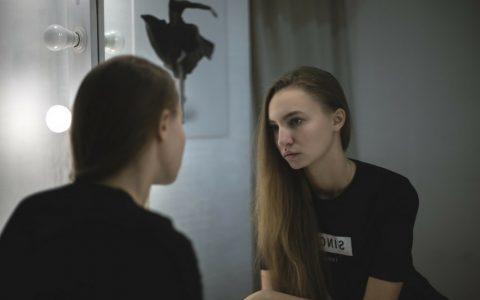 femme devant son miroir