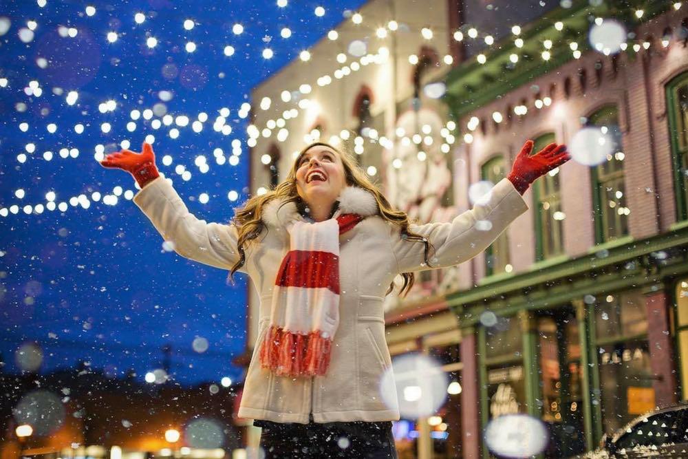 femme a noel sous la neige