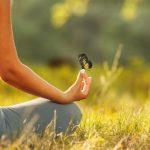 femme papillon meditation