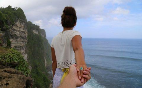 couple sur une falaise