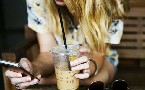 femme telephone cafe