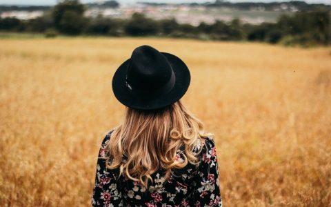 femme seule chapeau ete