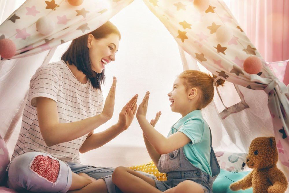 maman qui rit avec son enfant
