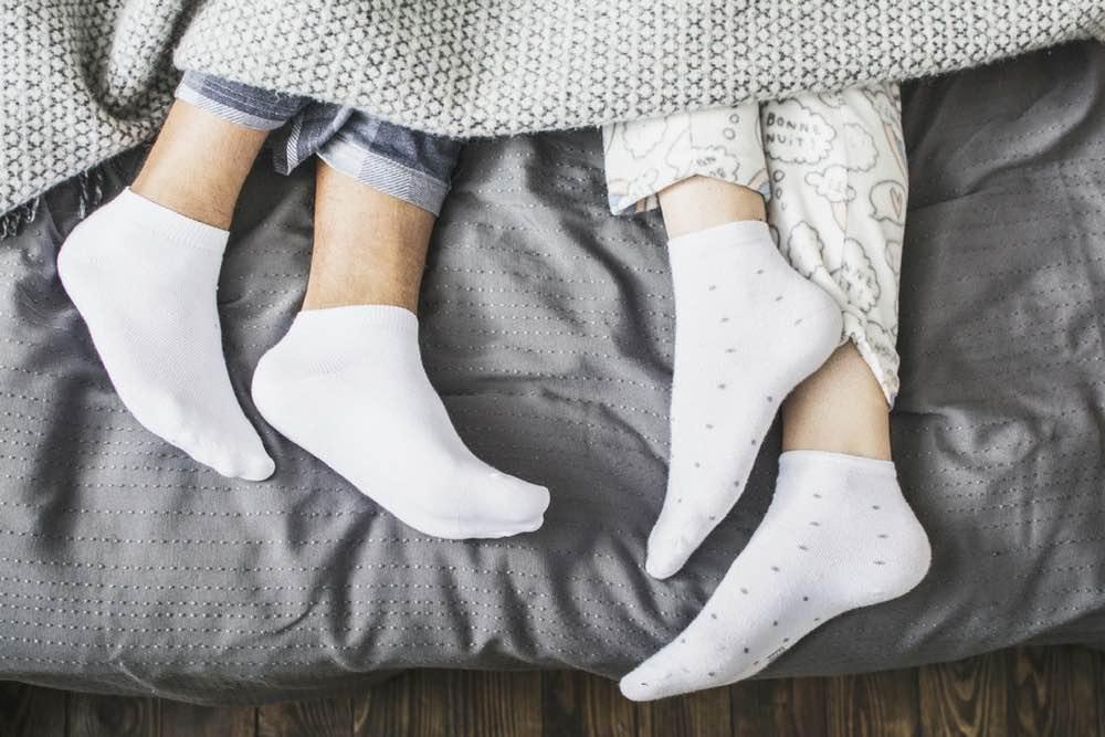couple lit pieds